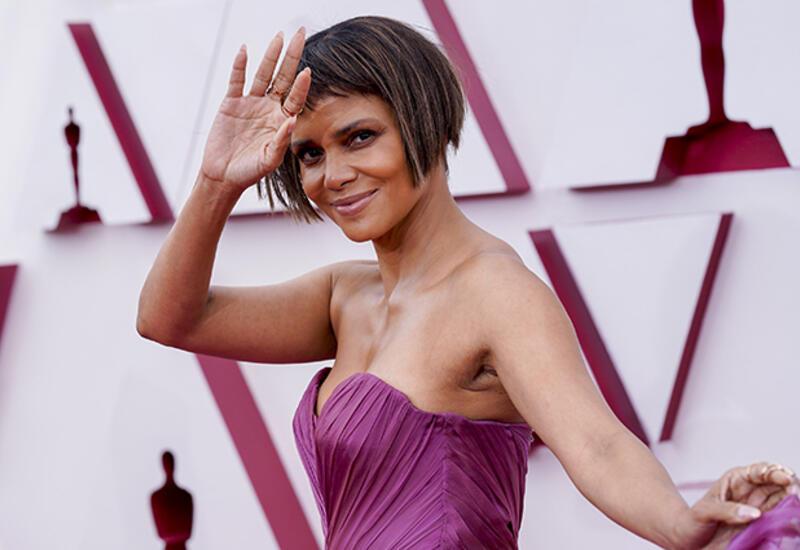 Холли Берри дебютировала на «Оскаре» с новой дерзкой стрижкой