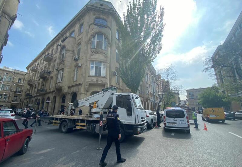 В Баку демонтируется незаконная надстройка над историческим зданием