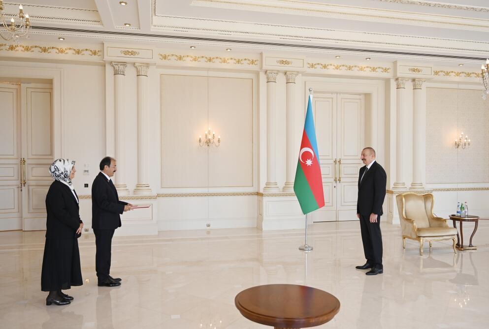 Президент Ильхам Алиев принял верительные грамоты новоназначенного посла Турции в Азербайджане