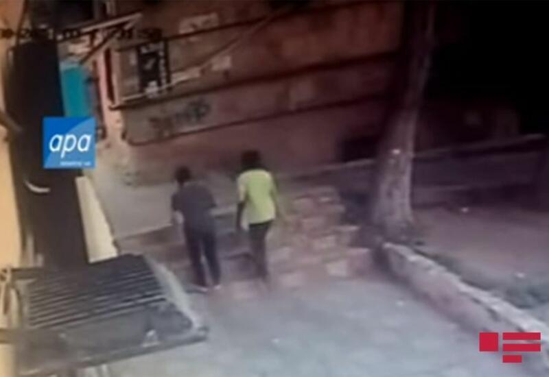 Момент падения каменной плиты на голову подростка в Баку попал на видео
