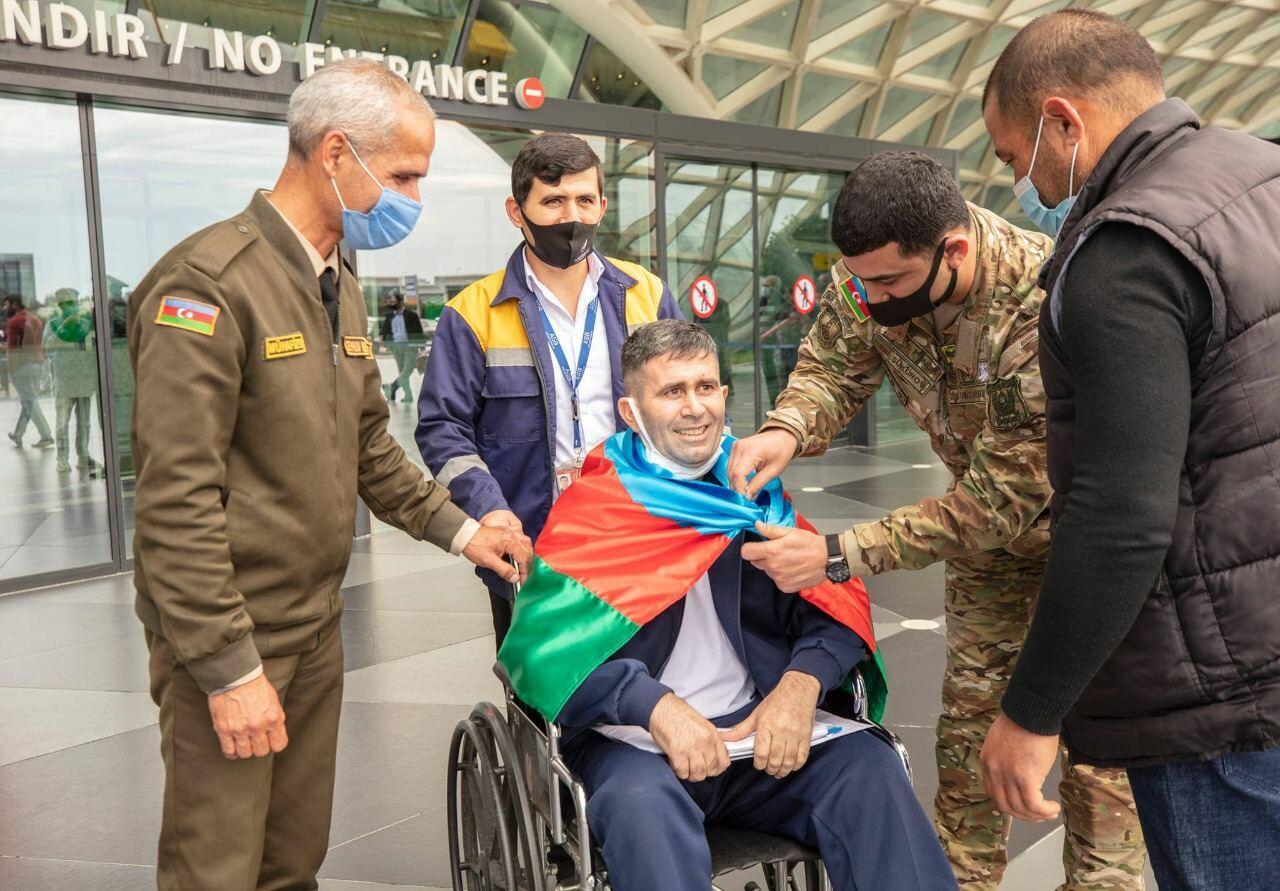 Двое завершивших лечение в Турции азербайджанских военнослужащих вернулись на родину