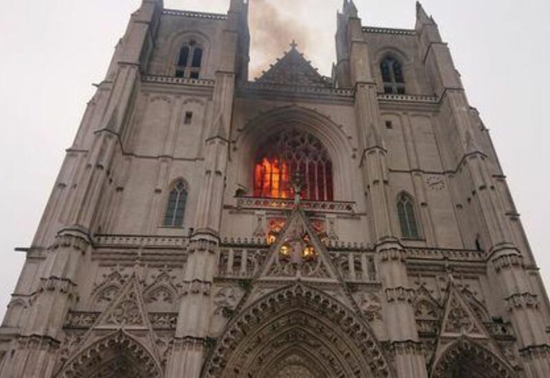 В Париже загорелось еще одно историческое здание