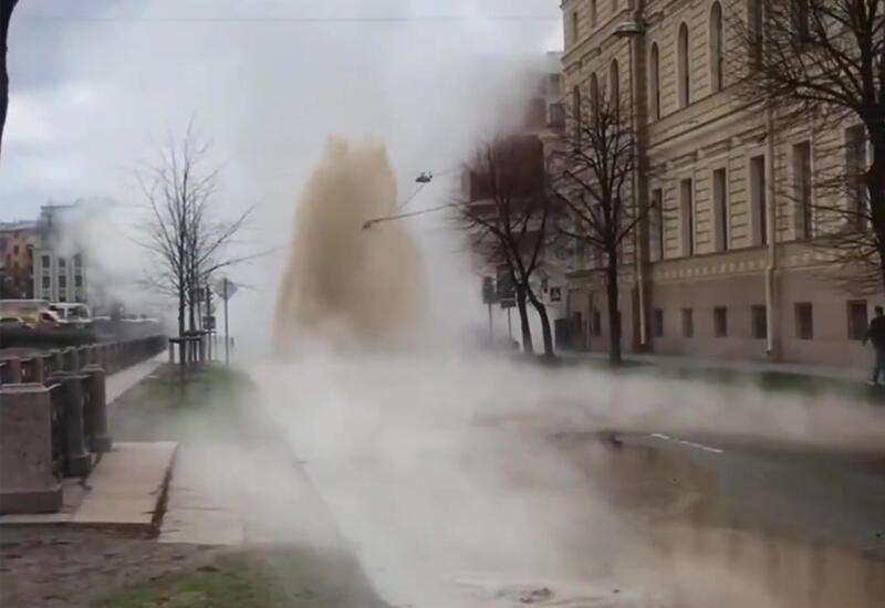 В центре Петербурга забил фонтан кипятка