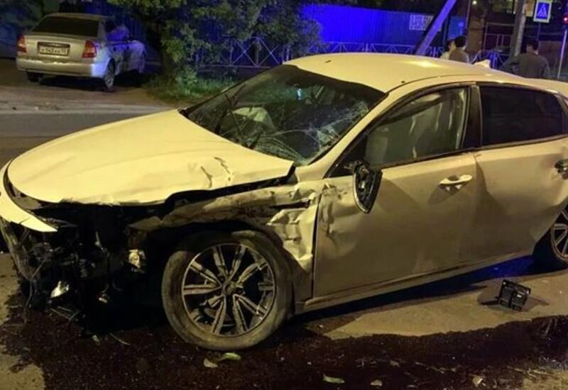 BMW протаранил автомобиль и влетел в стену кафе