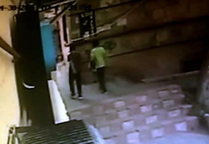В Баку умер подросток, на которого упала каменная плита