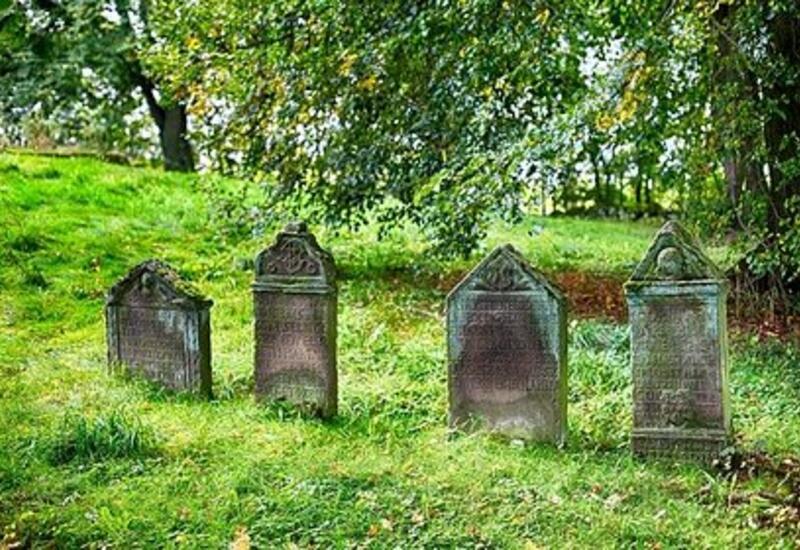 В Китае пожилых туристов вместо экскурсии отвезли на кладбище