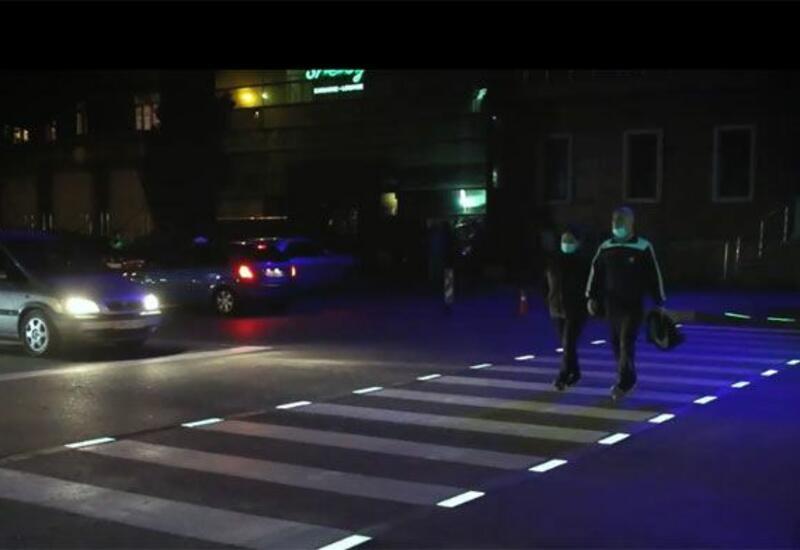 На пересечение проезжих частей двух улиц в Баку нанесена светящаяся разметка