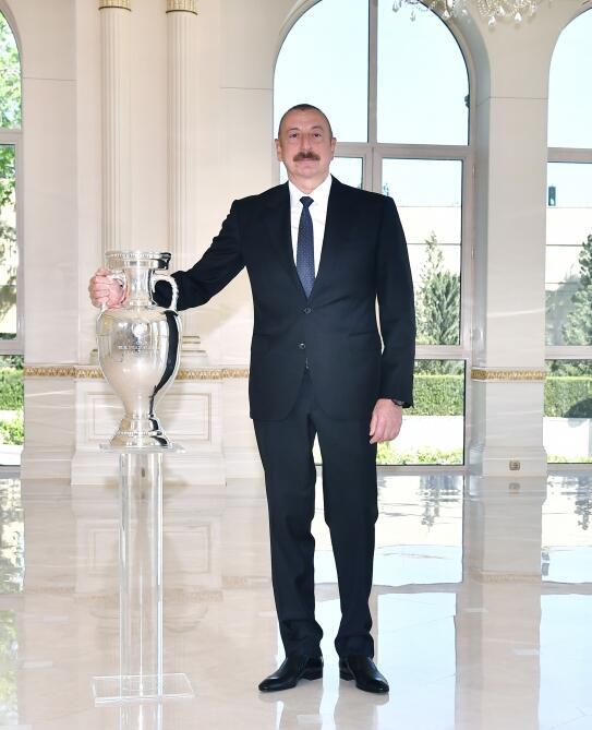 Президенту Ильхаму Алиеву передан кубок ЕВРО-2020