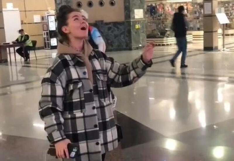 """Девушка спела """"первое что пришло в голову"""" на вокзале и стала звездой Интернета"""