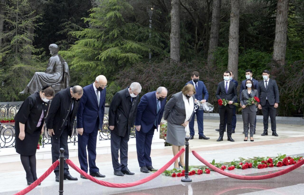YAP nümayəndələri Ümummilli Lider Heydər Əliyevin məzarını ziyarət ediblər