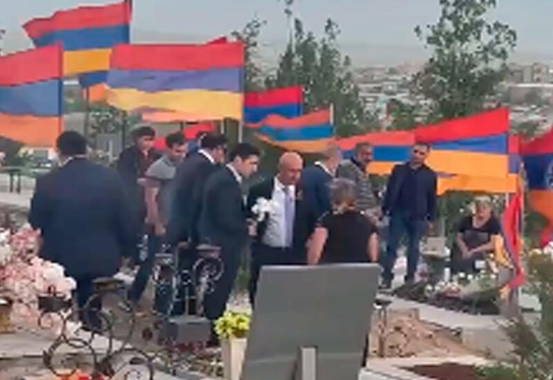 И Роберта Кочаряна выгнали с кладбища Ераблур в Армении
