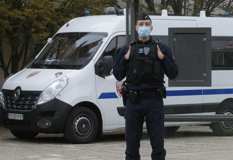 Во Франции вооруженная женщина напала на полицейских
