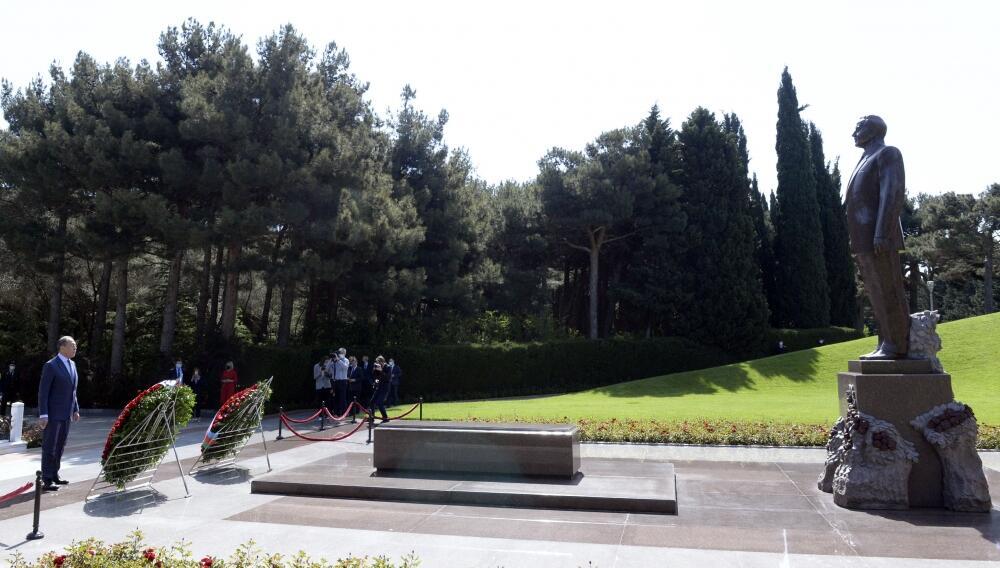 Сергей Лавров посетил могилу великого лидера Гейдара Алиева