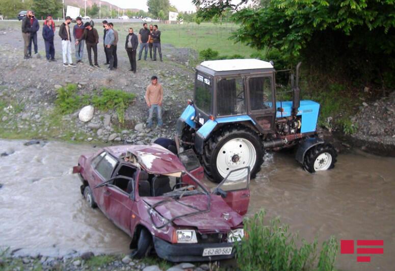 В Балакене автомобиль упал в реку