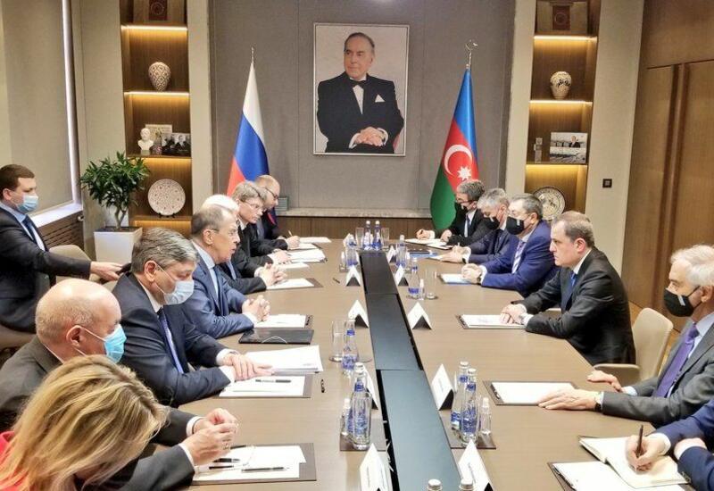Джейхун Байрамов и Сергей Лавров проводят встречу в расширенном составе