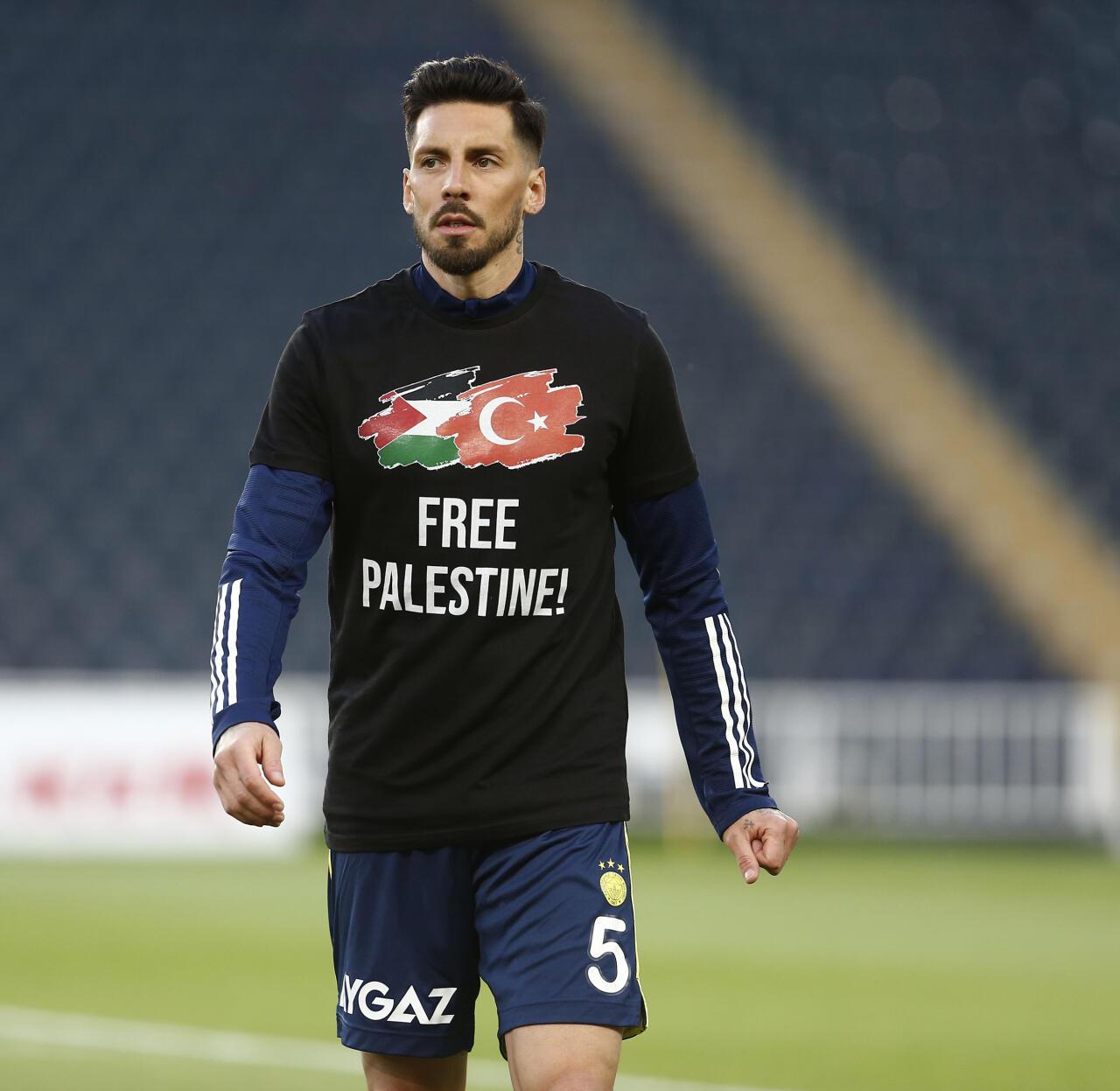 Озил и другие игроки «Фенербахче» вышли на тренировку в футболках со словами поддержки Палестины