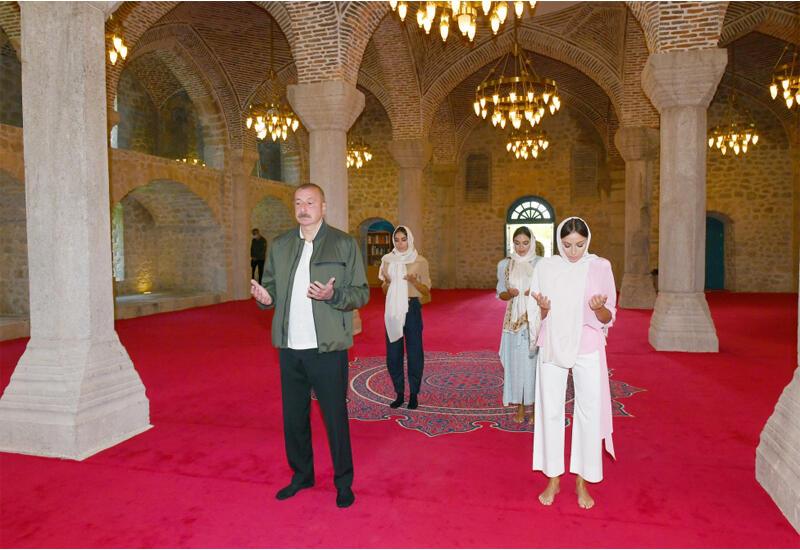 Президент Ильхам Алиев и Первая леди Мехрибан Алиева побывали в мечети Гевхарага в Шуше
