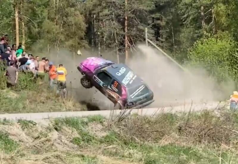 Кувыркающаяся машина едва не снесла зрителей на ралли в России