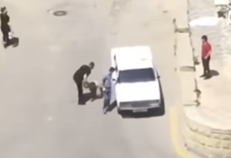 В Баку мужчина посреди улицы набросился на женщину - реакция МВД