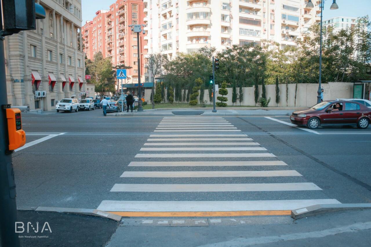 На оживлённой бакинской улице установлен новый светофор