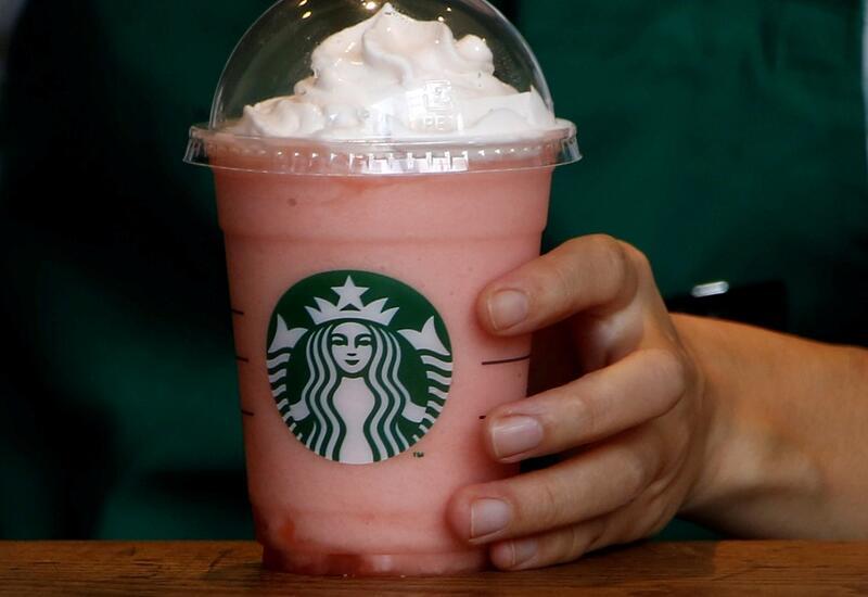 Вакцинированные покупатели могут посещать Starbucks без масок