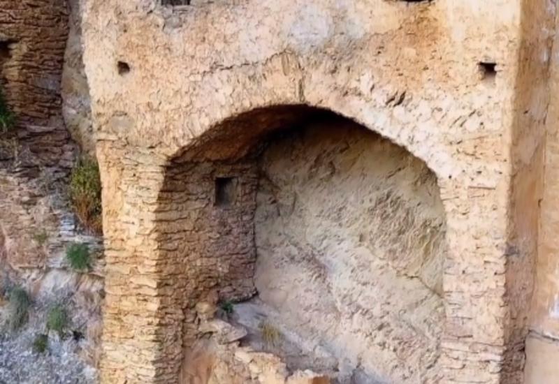 Крепость Пери-гала внутри горы в Загатале