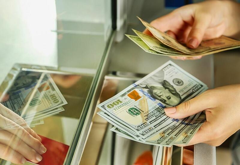 Банки Азербайджана приостановили прием долларов?