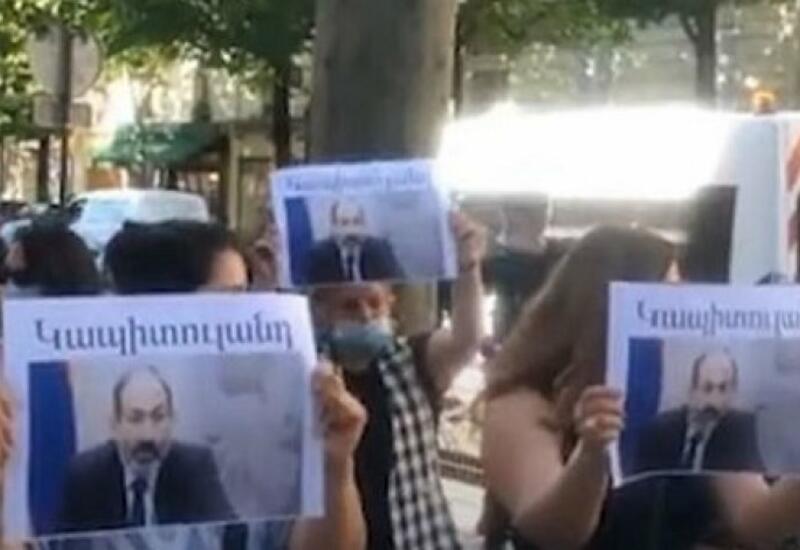 У посольства Армении в Париже прошла акция против визита Пашиняна