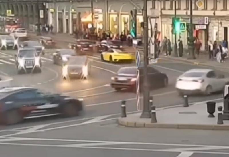 Желтый Porsche устроил экстремальный заезд в центре Петербурга