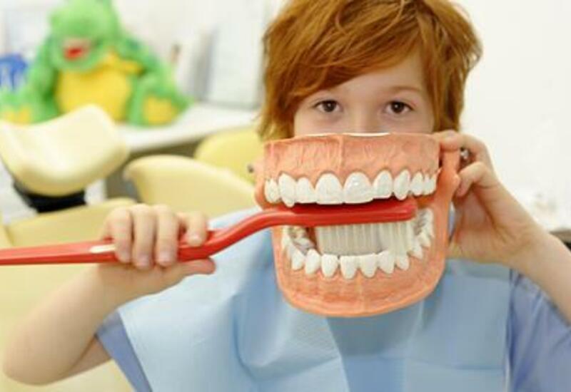 Стоматолог предостерегла от опасной чистки зубов после еды