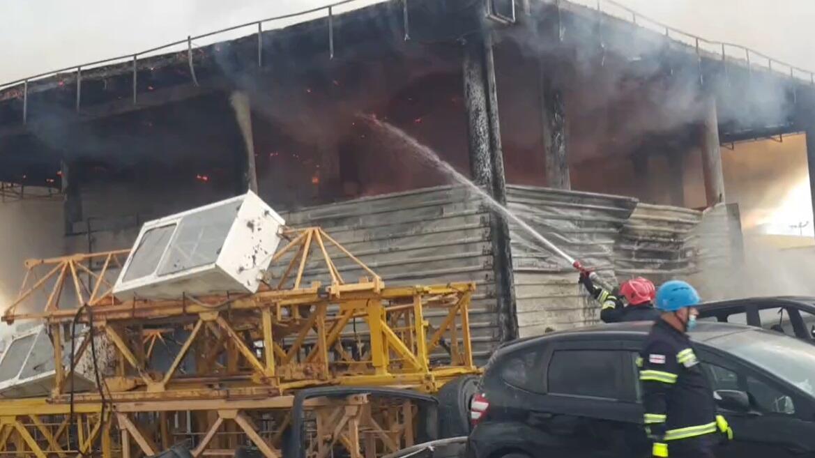 Сильный пожар на авторынке в Грузии