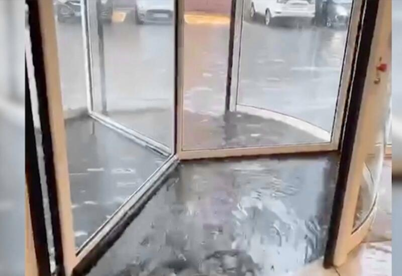 Дождь стеной: мощный ливень обрушился на Москву