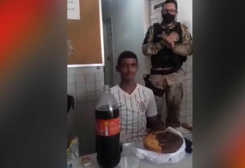 В Бразилии полицейские с тортом поздравили юношу с 18-летием и арестовали