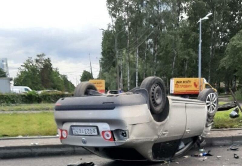 Иномарка перевернулась посреди перекрестка в Петербурге