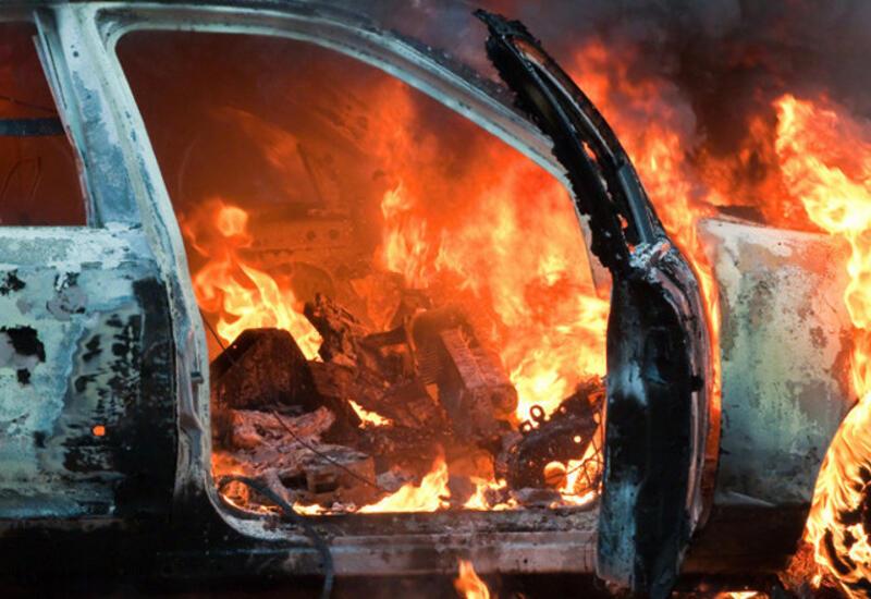В Баку загорелся автомобиль