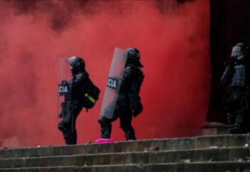 В Колумбии полицейский станцевал на акции протеста