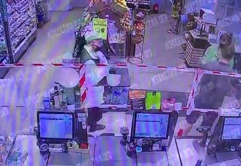 Покупатель избил кассиршу супермаркета бутылкой в Москве