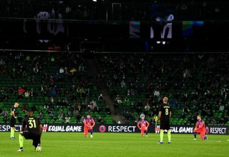 УЕФА призвал фанатов проявить уважение к преклоняющим колено игрокам