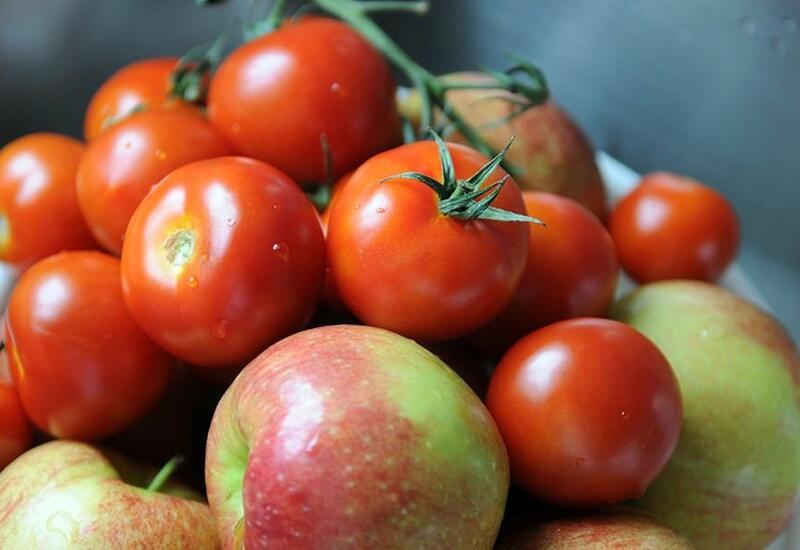 Россия разрешила поставки яблок и томатов из Азербайджана по железной дороге