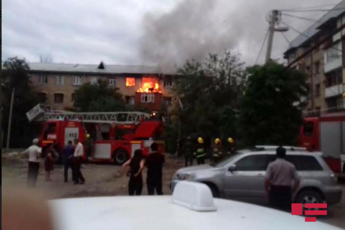 В Гяндже в жилом здании произошел пожар, пострадали трое жильцов