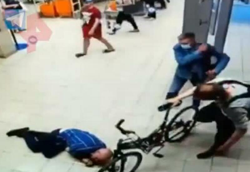 Мужчина жестоко избил охранника магазина из-за велосипеда