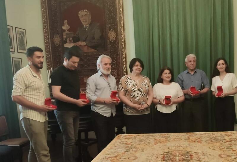 В Баку прошла церемония награждения медалью имени Вагифа Самедоглу
