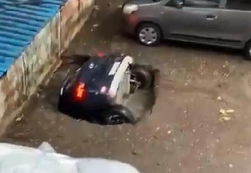 В Индии асфальт целиком проглотил автомобиль