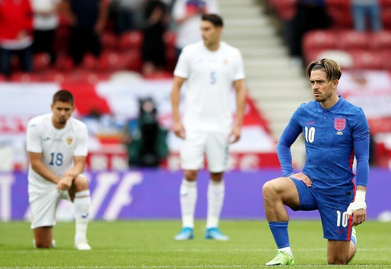 Английские фанаты освистали игроков своей сборной за преклонение колена