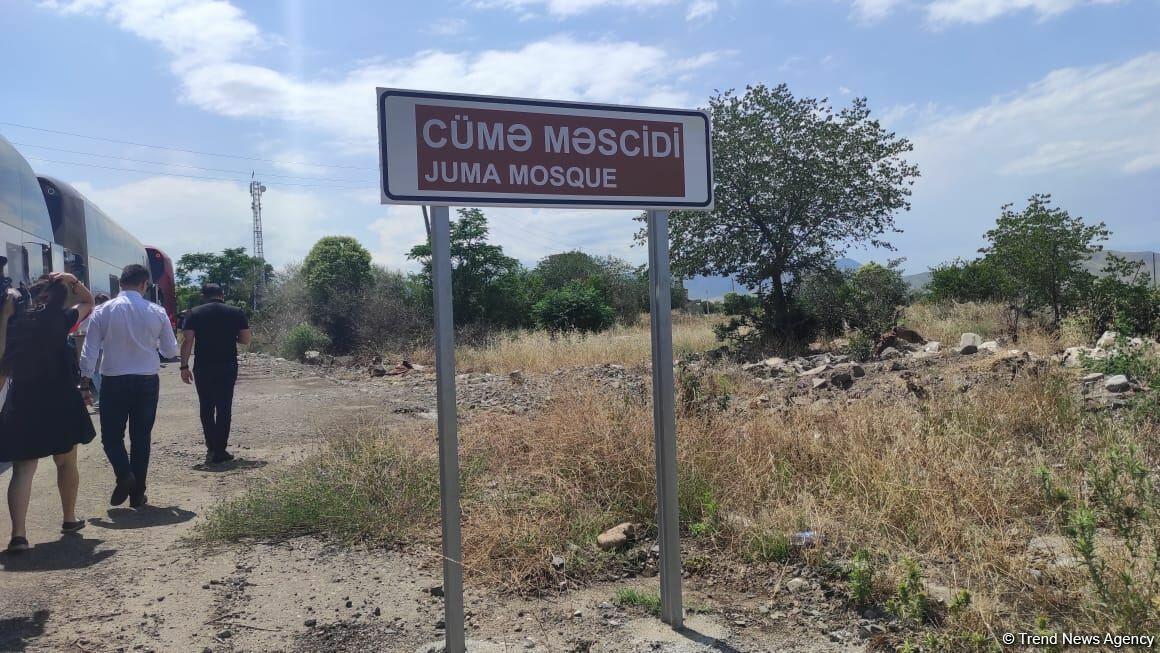 Иностранные дипломаты увидели вандализм армян в Джума-мечети в Агдаме