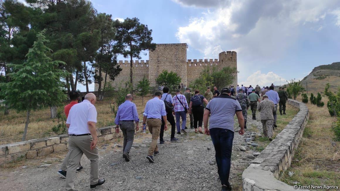 Иностранные дипломаты посетили в Агдаме место будущего Нагорного парка и крепость Шахбулаг