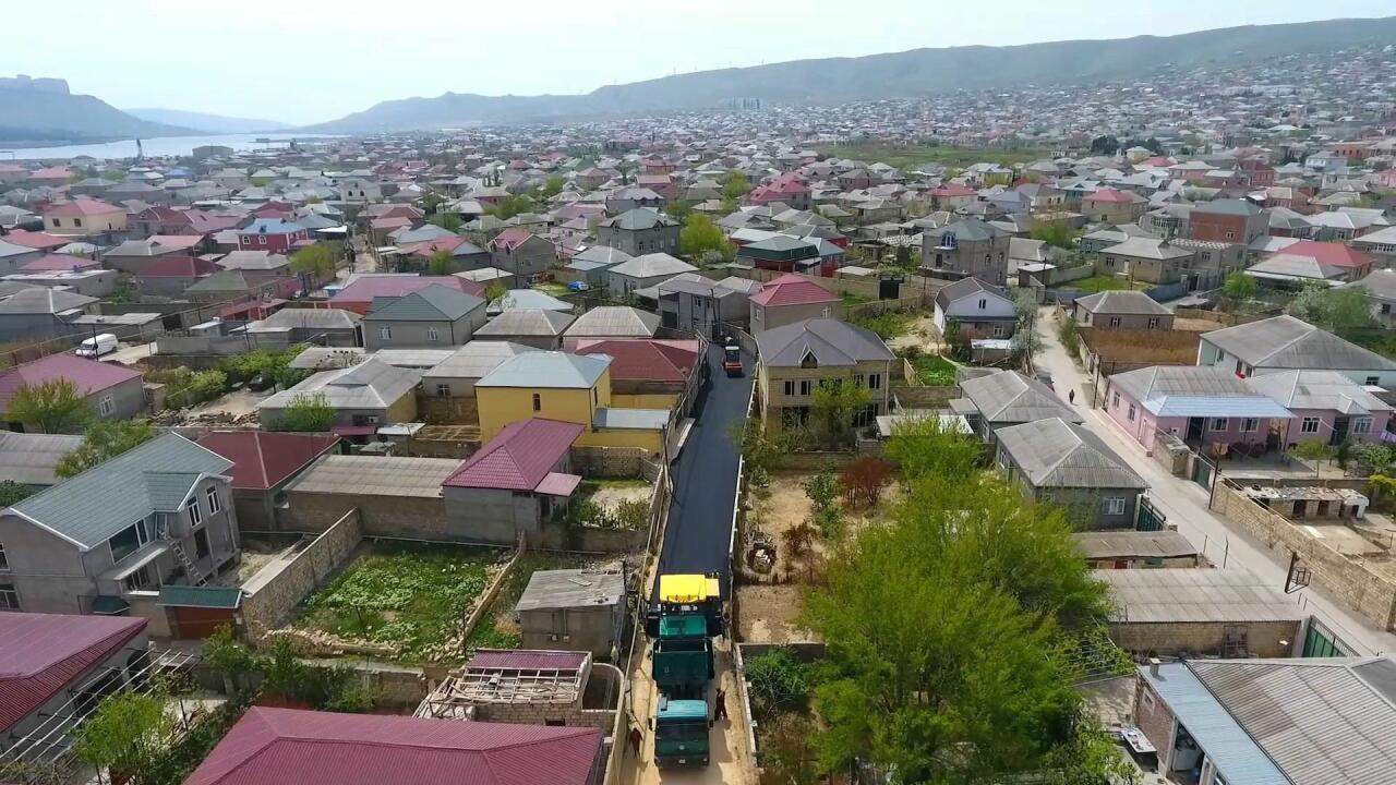В бакинских поселках продолжается реконструкция дорог