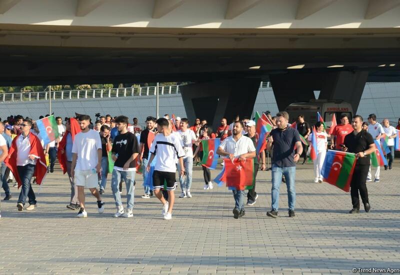 Болельщики направляются к Бакинскому олимпийскому стадиону на игру Турции