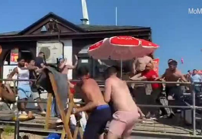 В Великобритании туристы устроили массовую драку на пляже