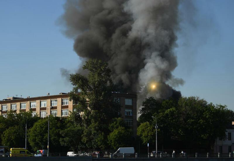 Огонь с горящего склада пиротехники перекинулся на соседнее здание